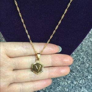 """New 18K gold """" V """" letter necklace"""
